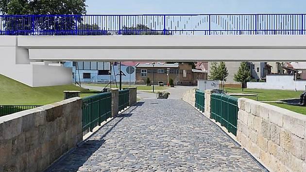 Pohled ze Zámeckého mostu směrem k hlavnímu náměstí v Mimoni. Výhled na tranzitní silnici.
