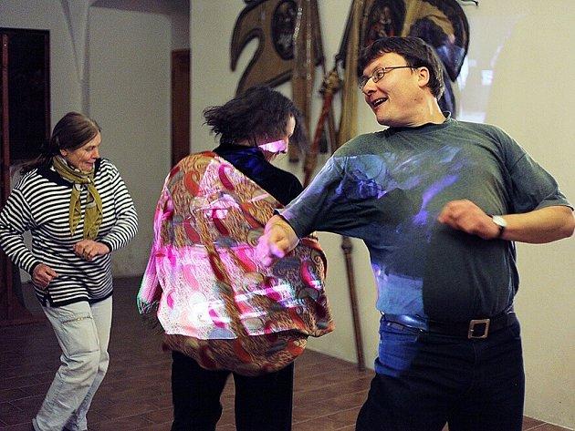 Divadelní skupinu tvoří zhruba dvacet dospělých i dětských herců, převážně Čechů a několika Němců, režisérkou hry je Martina Čurdová