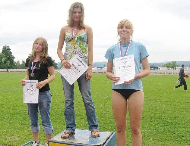 Vítězka Lucie Kalousková z AC Česká Lípa (uprostřed), vlevo je druhá Kristýna Nožičková z Jiskry Nový Bor a vpravo třetí Alena Kroutilová z Liberce.