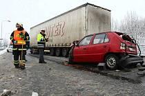 BŘEZEN. Na hlavním tahu I/9 v České Lípě se srazilo auto s kamionem a autobusem. Devatenáctiletou těžce zraněnou ženu museli vyprostit hasiči.