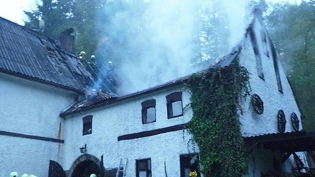 Strop stodoly se propadl. Pod ním zůstaly ležet láhve s hořlavými kapalinami.