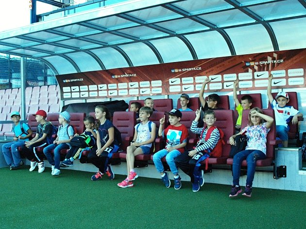 Mladí hráči kravařského fotbalového klubu si vneděli užili výlet do hlavního města. Jeho hlavním cílem byl zápas pražské Sparty.