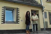 Terénní pracovnice Člověka v tísni Emílie Horáčková na návštěvě jedné z klientek