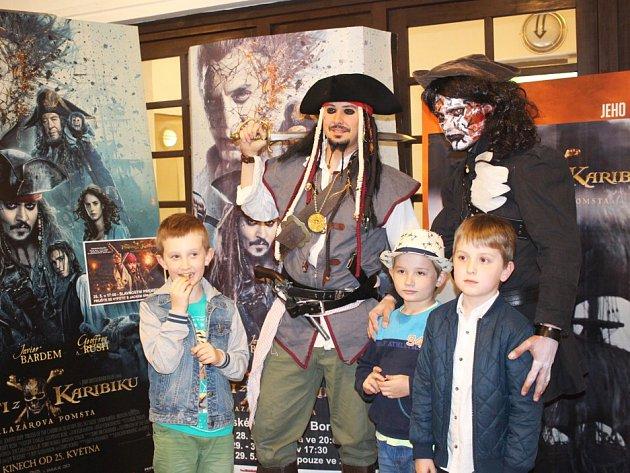 Jack Sparrow se svými piráty a nepřítelem Salazarem obsadili novoborské kino vplné parádě.