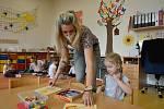 Natěšené děti se dnes vracely do mateřských školek i v České Lípě. Po dvou měsících se školky vrátily do běžného režimu. Uvolnění vládních opatření proto uvítali i jejich rodiče.
