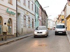 Obyvatelé této ulice již delší dobu poukazují na to, že vlivem husté dopravy přicházejí k újmě jejich historické domy