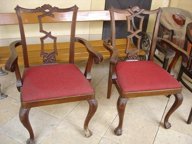 Vyřezávané židle a další nábytek, ale ihistorický psací stroj či kufr, obohatí sbírky památek.