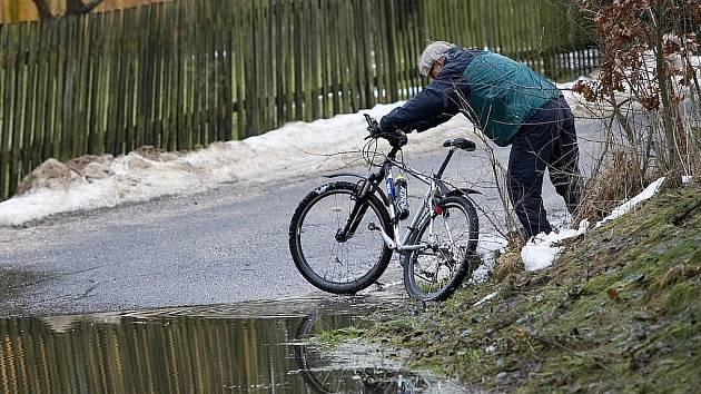 Déšť a tající sníh zvyšoval hladiny některých řek a potoků na Českolipsku. V pohotovosti jsou v České Lípě, Stráži pod Ralskem a od pátku dne také v Brništi či Pertolticích pod Ralskem.