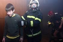 Panika a hysterie provázela zásah třicítky dobrovolných hasičů v KD Crystal v České Lípě při záchraně desítek mladých lidí. Naštěstí šlo jen o simulovanou akci.