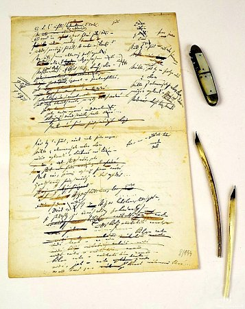 Předměty po Arbesovi, které dnes uchovává Vlastivědné muzeum a galerie vČeské Lípě: rukopis, nožík a pero.