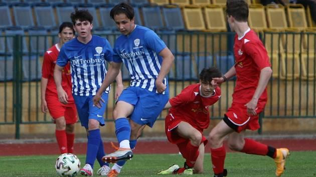 Dorostenci České Lípy U 17 (modré dresy) doma porazili Junior Děčín 3:0.