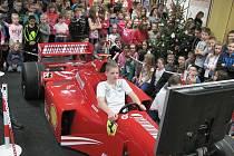 Za formuli F1 pro své školáky zaplatila obec Kravaře 140 tisíc korun, přičemž sto tisíc korun cíleně na formuli věnoval sponzor.