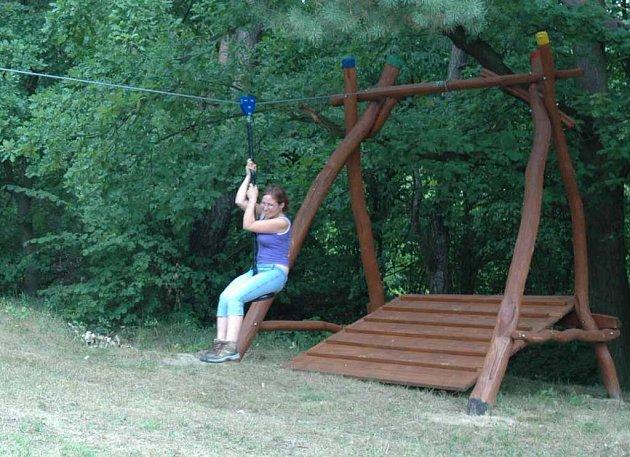 Dětská lanovka na novém hřišti u Dětského domova v Dubé Deštné