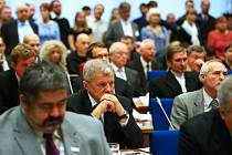 O mandátu zastupitele změny Miroslava Hudce, který v České Lípě vede pedagogicko-psychologickou poradnu pro mládež, se dlouho spekulovalo. Zřizovatelem je kraj a zákon nedovoluje, aby byl zároveň zastupitelem i šéfem zřizované organizace.