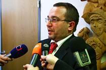 Ministr školství Josef Dobeš před novináři.