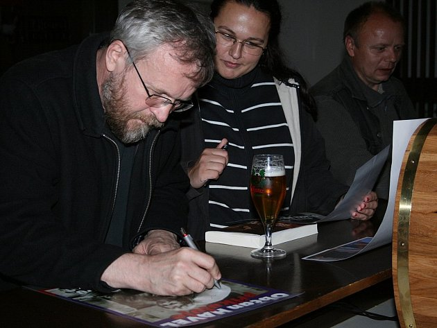 Režisér Jan Novák při návštěvě Nového Boru, kde uvedl své dva dokumenty o životě Václava Havla.