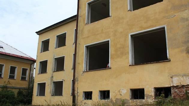 Poslední židle a další vybavení vyhazuje z budovy bývalé školy v přírodě v Prysku dělník Kamil Bílý (na snímku). Společně se svou partou připravuje nevyužitou a zchátralou budovu k plánované rekonstrukci, která naplno začne v nejbližší době.