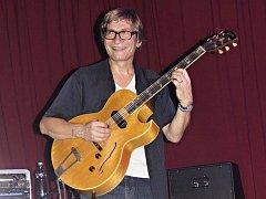Kytarista Rudy Linka při jednom ze svých dřívějších českolipských koncertů.