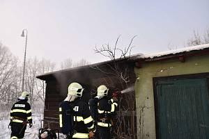 Tři jednotky hasičů zasahovaly u požáru dřevěného domku nedaleko železniční trati v obci Zahrádky.