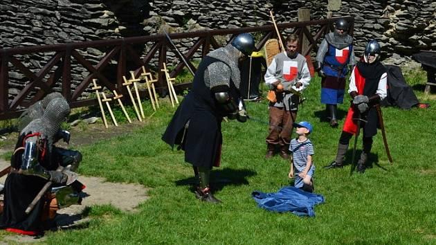 Šermířská skupina Pancharti připravila pro rodiče s dětmi víkendové představení na hradě Bezděz.