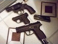 Na balkóně bytu strážníci zajistili několik připravených střelných zbraní, z toho dvě s ostrými náboji v zásobníku a jednu na náboje plynové.