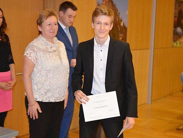 Ludvík Kašpar z českolipského gymnázia převzal ocenění od radní Aleny Losové.