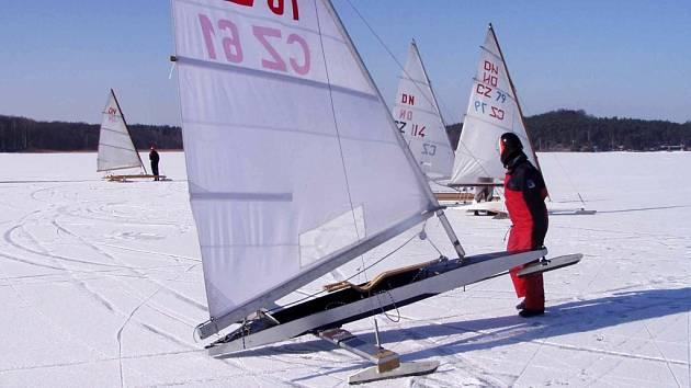 Konečně dorazila zima a zamrzlo i Máchovo jezero.