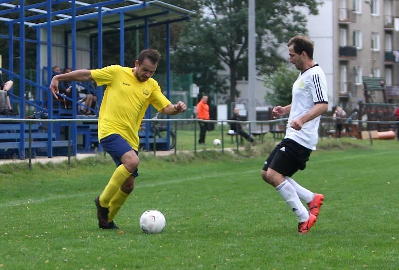 Lokomotiva Česká Lípa (žluté dresy) - Košťálov/Libštát 0:2. Florián se snaží přejít přes Koldovského.
