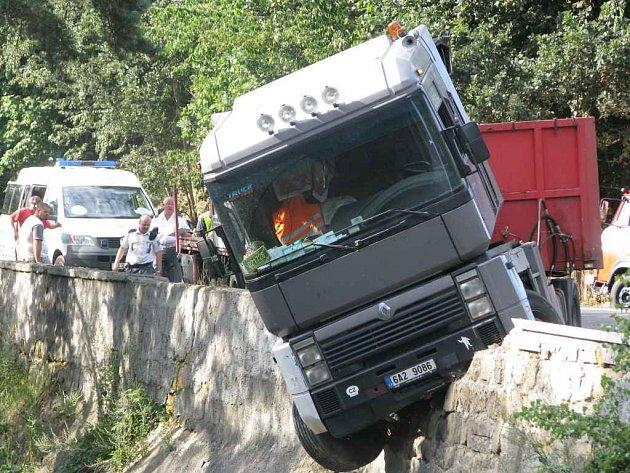 Nehoda kamionu v Zahrádkách
