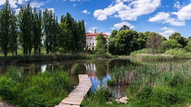 V roce 2005 odkoupila nevládní nezisková organizace Čmelák Společnost přátel přírody zanedbané a odpadem zamořené podmáčené pozemky v Jablonném v Podještědí o rozloze cca 6 hektarů.