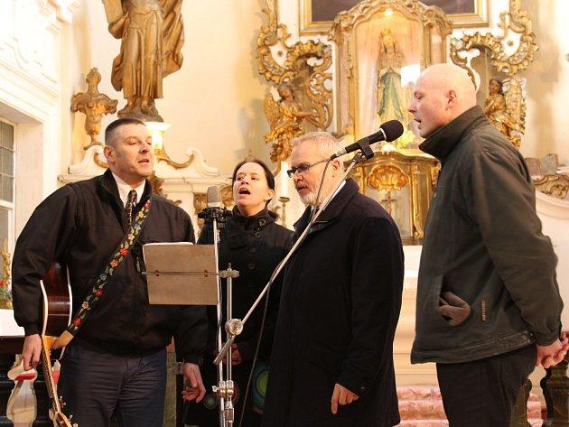 Skupina Lusatian Grass předvedla klasické i modernější písně po představení Kytlického chrámového sboru.