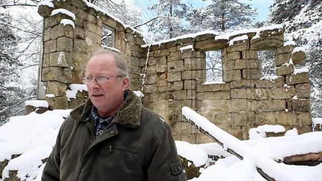 Mařenický starosta Petr Tlustý na vrcholku Kalvárie ukazuje rujnu kaple, kterou by chtěla obec opravit.