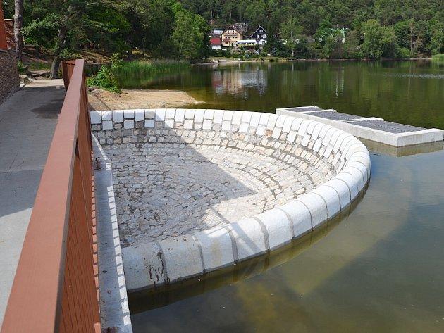 Rekonstrukce hráze a výpustního zařízení u Máchova jezera ve Starých Splavech je letos jediným zástupcem Českolipska v soutěži Stavba roku Libereckého kraje.