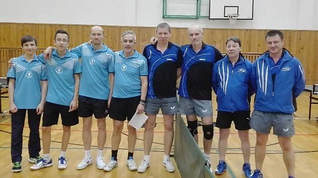 Oba týmy před podzimním derby v Kamenickém Šenově. Domácí hráči jsou na snímku z levé strany.