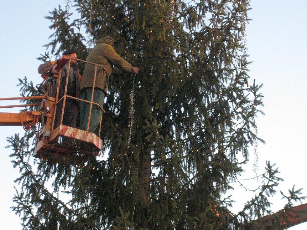 Vánoční strom v České Lípě bylo po pádu nutné nejen zvednout, ale i znovu ozdobit.