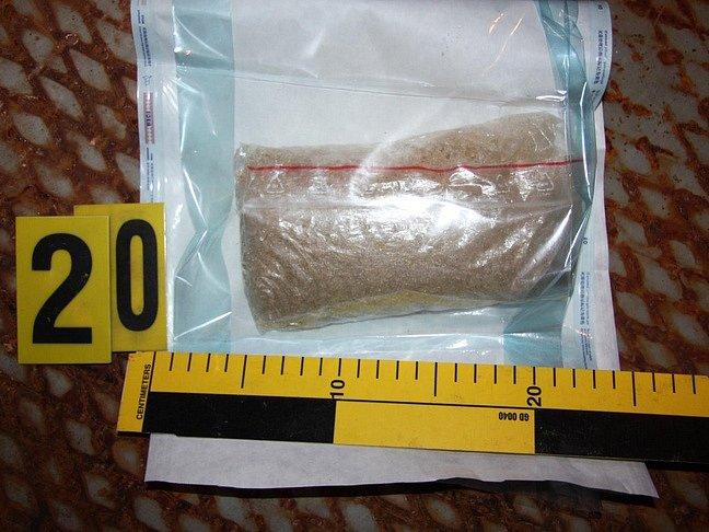 """Kriminalisté z krajského """"Toxi týmu"""" našli u zadržených osob drogy i pomůcky k jejich výrobě."""