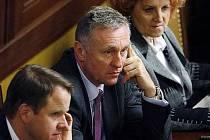 Opozici se ve středu na pátý pokus podařilo shodit vládu, proti ní hlasovalo 101 poslanců.