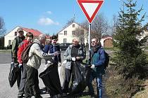 Dobrovolníci vysbírali odpadky podél silnice.