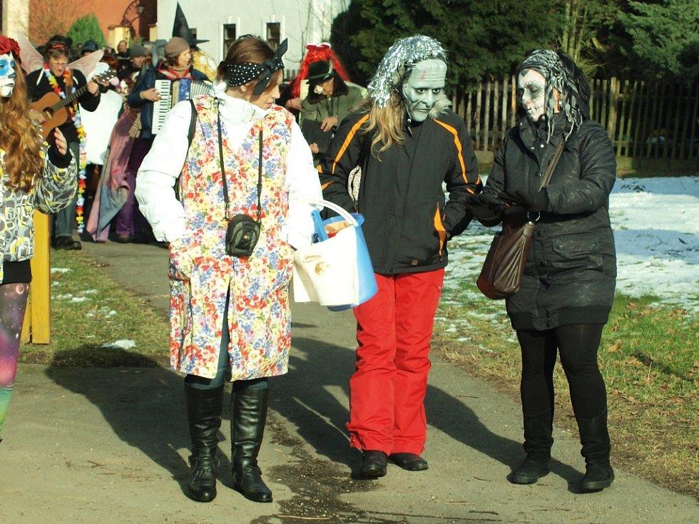 Všemi barvami hrálo v sobotu odpoledne masopustní veselí v Oknech. Do průvodu vyšly desítky masek.