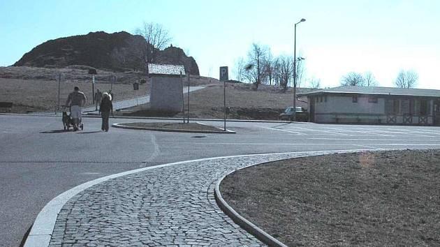 Parkoviště u Panské skály na Práchni funguje od září 2006.