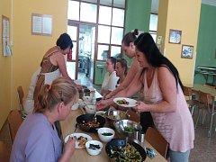 Kuchařky z Dubé se učily vařit zdravé sladkosti.