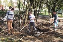 V areálu školy intenzivně pokračují dokončovací práce na první etapě budování školní lesní učebny.
