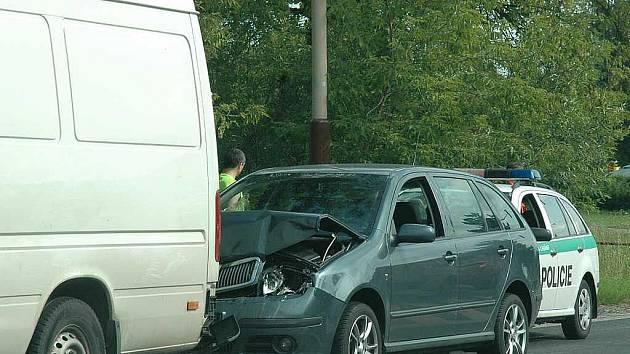 Výsledkem nehody tří aut byla škoda za více než 100 tisíc korun.