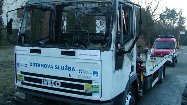 Škoda na zcela zničené kabině odtahového vozu byla vyčíslena na půl milionu korun.
