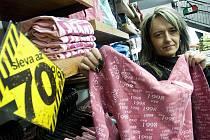 Až sedmdesát procent. Takové slevy jsou v prodejně EXE v České Lípě. Na nedostatek zákazníků si vedoucí prodejny Ivana Arnoldová (na snímku) rozhodně nestěžuje.