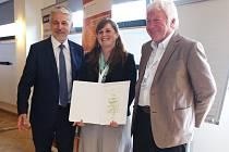 Náměstek ministerstva životního prostředí Vladimír Mana (vlevo) předal certifikát národního geoparku ředitelce Lence Mrázové za účasti předsedy správní rady Stanislava Ludvíka.