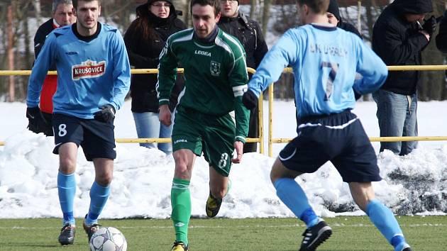 Šulc (uprostřed) dokázal v dohrávce jako jediný z novoborských hráčů skórovat.