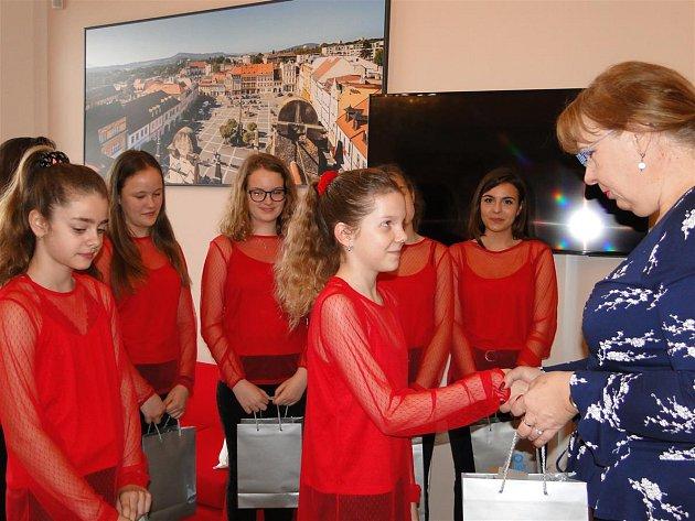 Úspěšné dívky společně sjejich vedoucí Evou Vítovou pozvala starostka Romana Žatecká, která tak chtěla ocenit, jak skvěle reprezentovaly naše město.