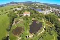 Zarostlé mokřadní pozemky nedaleko centra Jablonné v Podještědí Čmelák přeměňuje na klidovou zónu pro místní obyvatele.