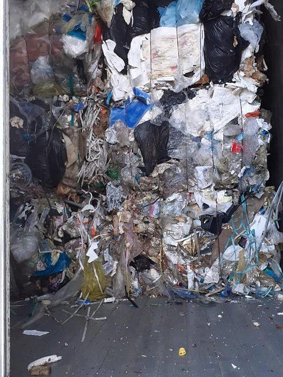 Do areálu pustnoucí, bývalé továrny na limonády, poblíž tamní železniční stanice začaly kamiony navážet zapáchající tuny plastů z Itálie. Proti podnikatelskému projektu se ohrazují a dožadují jeho ukončení a vyčištění ekologických zátěží.